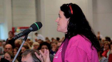 Die Streikdelegierten diskutieren am 02.10.2015 in Fulda lebhaft das Ergebnis der Tarifverhandlungen.