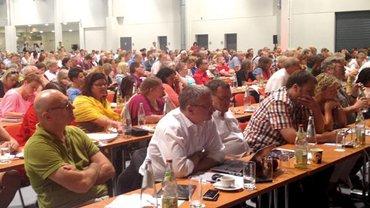 Die Streikdelegierten diskutieren auf ihrer Versammlung am 8. August 2015 in Fuldaüber die Fortsetzung des Streiks.