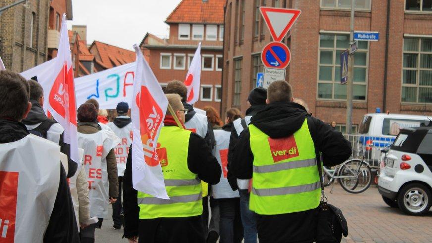 90 Sparkassen-Beschäftigte der Sparkasse Lüneburg sind im Streik