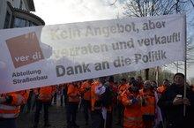 Beschäftigte der niedersächsischen Straßenbauverwaltung beim Warnstreik