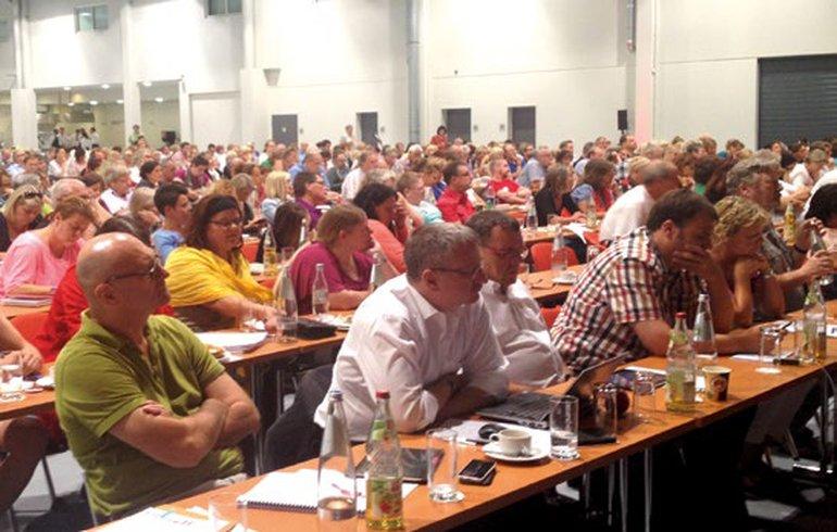 Die Streikdelegierten diskutieren auf ihrer Versammlung am 8. August 2015 in Fulda über die Fortsetzung des Streiks.