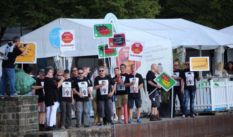Druckerei-Beschäftigte protestieren vor der Madsack Lounge