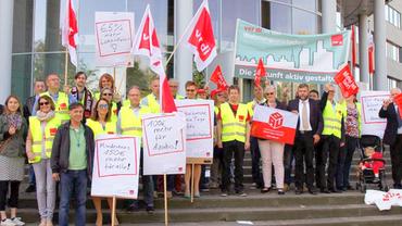 Foto der Kundgebung vor dem Verhandlungsort zur Entgeltrunde Wohnungswirtschaft 2017