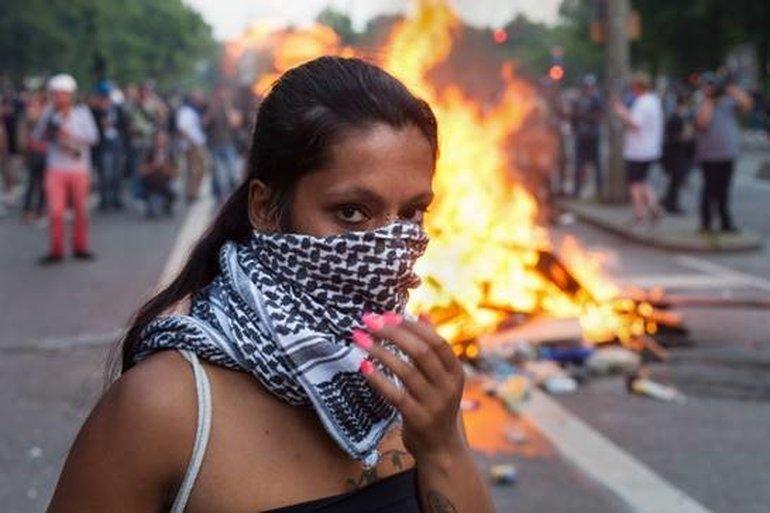 junge Frau beim G 20 Gipfel