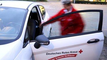 DRK-Auto und Pflegekraft
