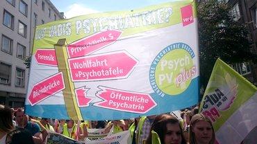 großes Transparent: Menschliche Psychatrie braucht PsychPV plus