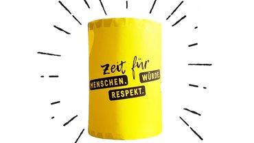 """Laterne mit Aufschrift """"Zeit für Menschen, Würde und Respekt"""""""