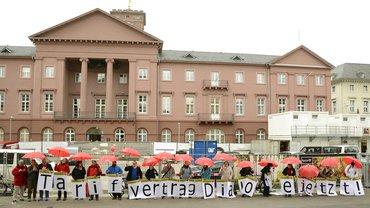 Wird es Tarifverträge geben? Aktion in Karlsruhe vor der Landessynode, April 2018