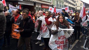 Auf der Straße für mehr Geld: Gut 600 Beschäftigte des UKGM demonstrieren am 8. März 2019 durch die Marburger Innenstadt.