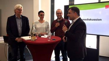 Detlef Ahting, Aysun Tutkunkardes und Jan-Erik Keilholz von ver.di im Gespräch mit dem stellvertretenden SPD-Fraktionsvorsitzenden in Niedersachsen, Christos Pantazis (v.l.n.r.)