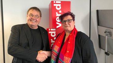 Der ver.di-Pflegebeauftragte Michael Quetting gratuliert der neu gewählten Präsidentin des Pflegebeirats, Silke Präfke.