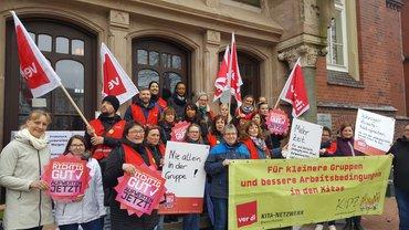 Protestierende mit ver.di-Fahnen in Bremerhaven