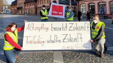 Menschen mit Banner vor Kirche